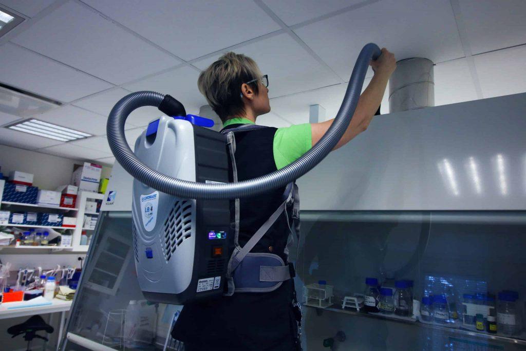 Laboratorion siivous (arvosiivous) meneillään.